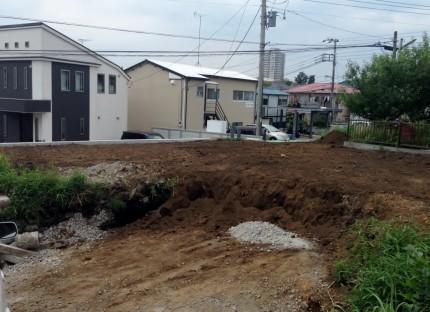 駐車スペース部分が掘削されています