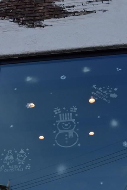 スノースプレーでクリスマスデコレーション