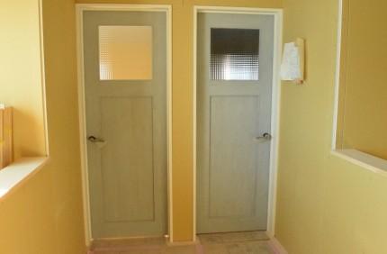 子供部屋に続くチェッカーガラスドア