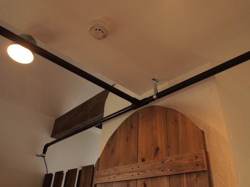天井にパイプを設置