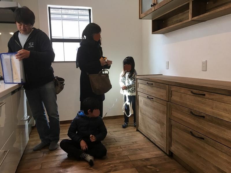 広々キッチンは4人入ってもこのゆとり