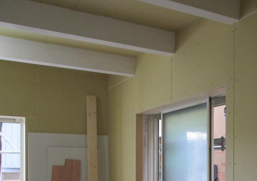 『サーファーズスタイルの家』の梁にはwhiteを使用