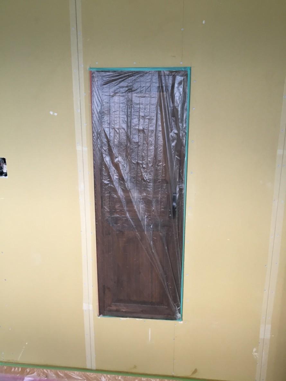 お部屋の壁に出現した扉