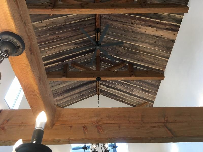 古い教会のような天井の高いリビング。