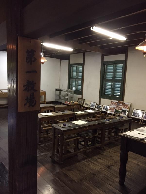 古い木製の机や椅子古い木製の上げ下げ窓や机や椅子