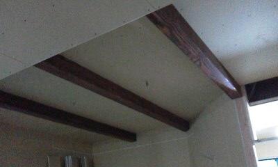 リビングの天井にはエイジング加工