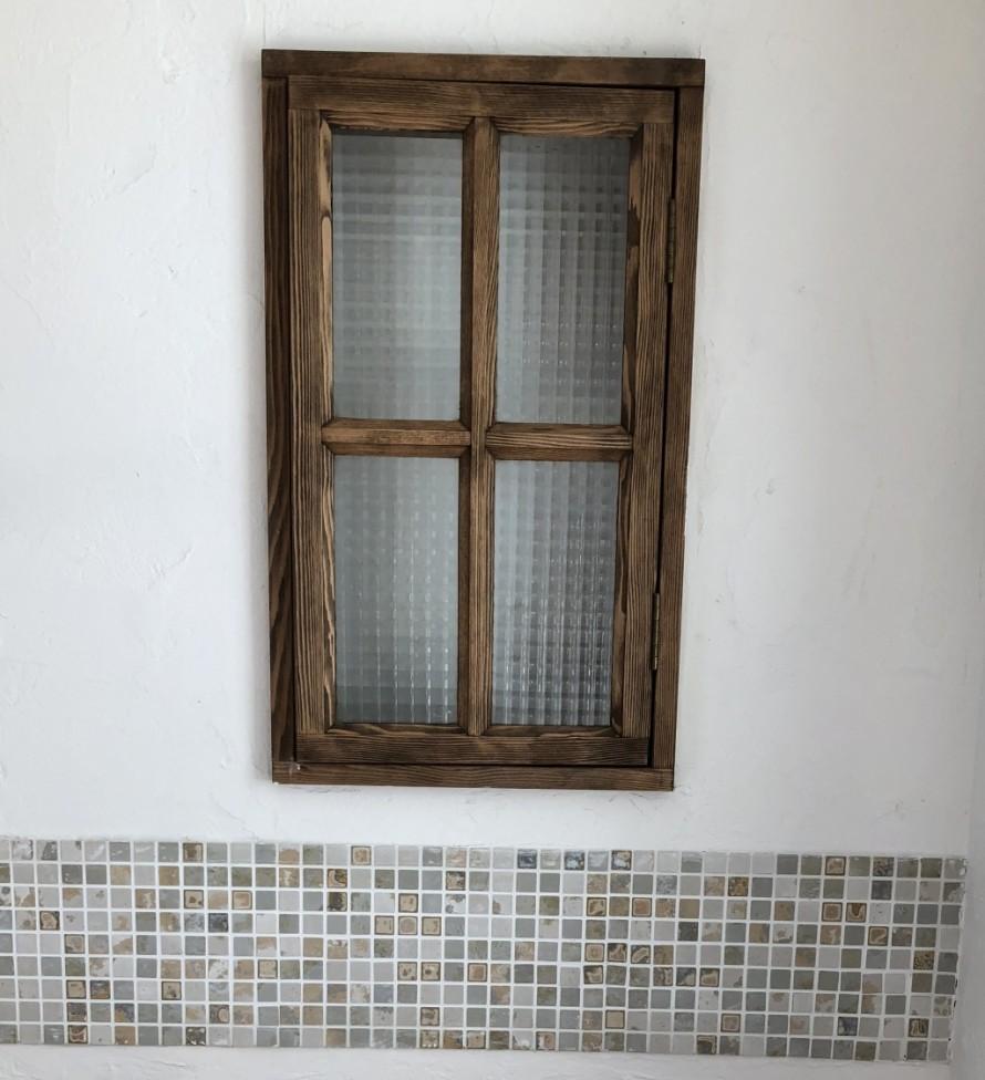 チェッカーガラスの小窓