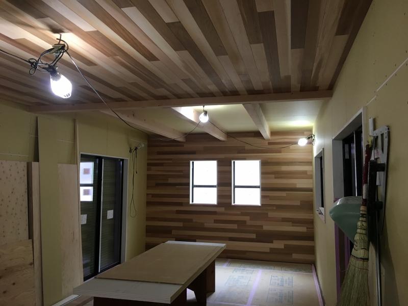 天井と壁がレッドシーダーの板張り