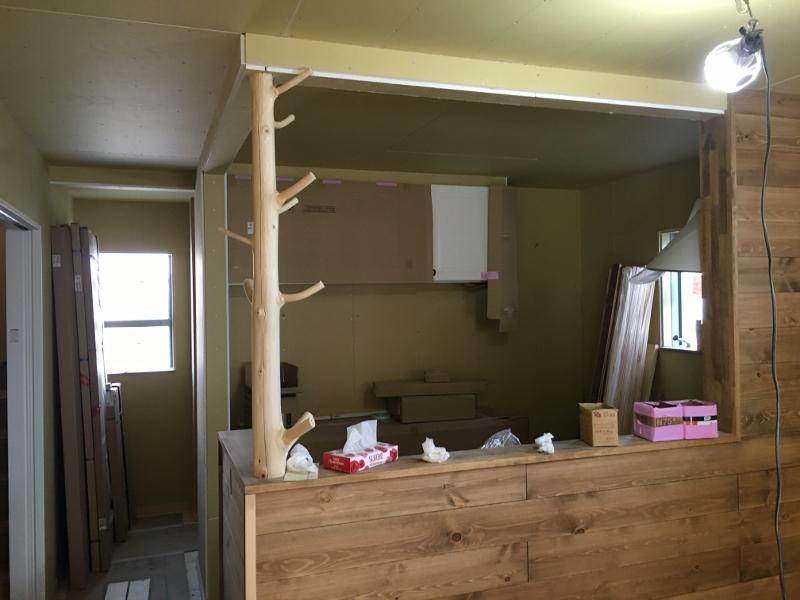キッチンカウンターと天井を繋ぐのは柱ではなく一本の木