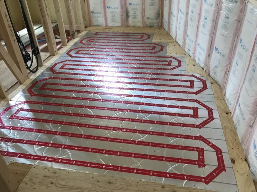 M様邸の床暖房システムはどんな複雑な間取でも自由に施工可能なシームレス床暖房を使用しています。