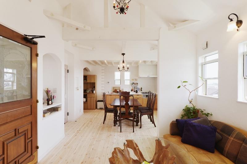 アンティークなドアとコーディネートされた家具