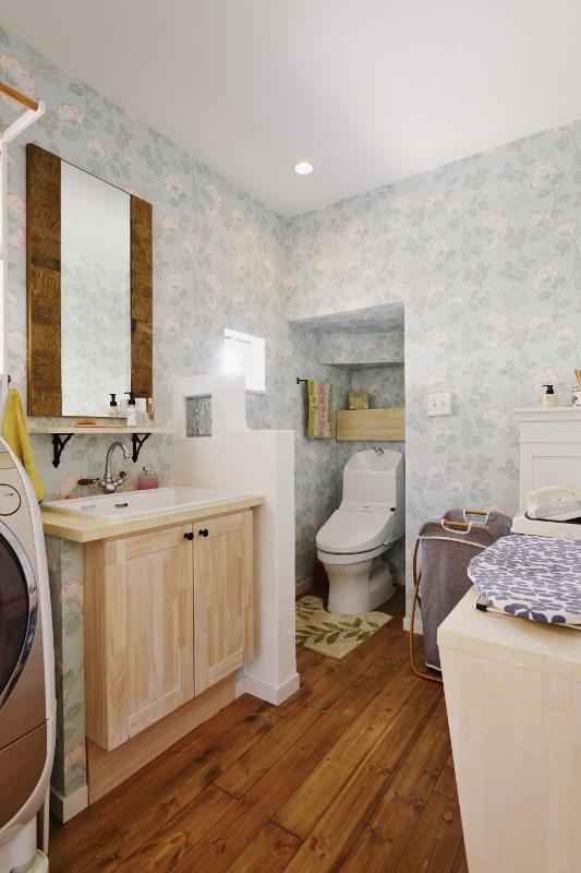 洗面脱衣室はあえて壁を作らず海外風に。