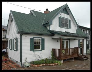 軽量で耐震性と防水性に優れた屋根材「アスファルトシングル」
